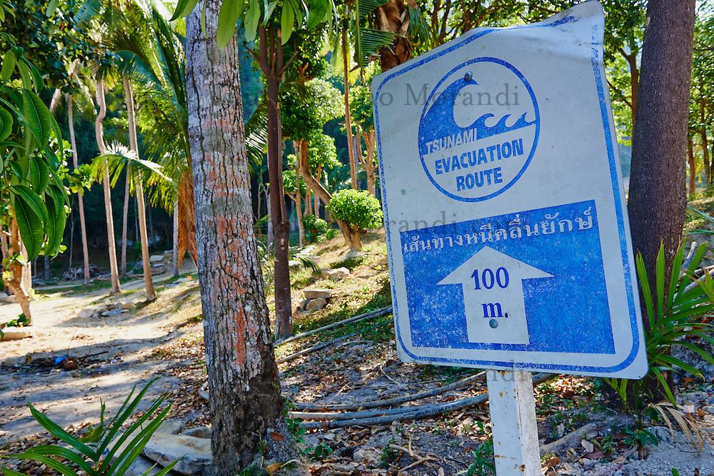 Thailande, province de Krabi, peninsule de Railay, plage de Tonsay , panneau alerte au Tsunami // Thailand, Krabi province, Railay Bay, Tonsay beach, Tsunami alert sign