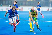BHUBANESWAR (INDIA) - Matthew Swann (Aus) met Tom Genestet (Fra)  tijdens kwartfinale Australie-Frankrijk   bij het WK Hockey heren. links Corey Weyer (Aus) COPYRIGHT  KOEN SUYK