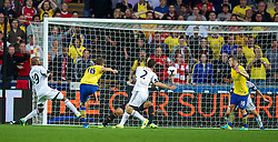 28.09.2013, Liberty Stadion, Swansea, ENG, Premier League, Swansea City vs FC Arsenal, 6. Runde, im Bild Arsenal's Aaron Ramsey scores the second goal against Swansea City during the English Premier League 6th round match between Swansea City AFC and Arsenal FC at the Liberty Stadium, Swansea, Great Britain on 2013/09/28. EXPA Pictures © 2013, PhotoCredit: EXPA/ Propagandaphoto/ David Rawcliffe<br /> <br /> ***** ATTENTION - OUT OF ENG, GBR, UK *****