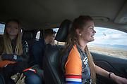 Teamleden zijn onderweg naar de baan voor de derde dag van de races. Het Human Power Team Delft en Amsterdam (HPT), dat bestaat uit studenten van de TU Delft en de VU Amsterdam, is in Amerika om te proberen het record snelfietsen te verbreken. In Battle Mountain (Nevada) wordt ieder jaar de World Human Powered Speed Challenge gehouden. Tijdens deze wedstrijd wordt geprobeerd zo hard mogelijk te fietsen op pure menskracht. Het huidige record staat sinds 2015 op naam van de Canadees Todd Reichert die 139,45 km/h reed. De deelnemers bestaan zowel uit teams van universiteiten als uit hobbyisten. Met de gestroomlijnde fietsen willen ze laten zien wat mogelijk is met menskracht. De speciale ligfietsen kunnen gezien worden als de Formule 1 van het fietsen. De kennis die wordt opgedaan wordt ook gebruikt om duurzaam vervoer verder te ontwikkelen.<br /> <br /> The Human Power Team Delft and Amsterdam, a team by students of the TU Delft and the VU Amsterdam, is in America to set a new world record speed cycling.In Battle Mountain (Nevada) each year the World Human Powered Speed Challenge is held. During this race they try to ride on pure manpower as hard as possible. Since 2015 the Canadian Todd Reichert is record holder with a speed of 136,45 km/h. The participants consist of both teams from universities and from hobbyists. With the sleek bikes they want to show what is possible with human power. The special recumbent bicycles can be seen as the Formula 1 of the bicycle. The knowledge gained is also used to develop sustainable transport.