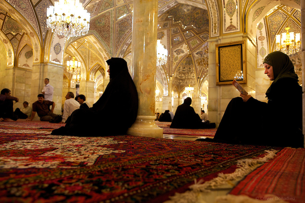 Women in the Shiite mosque of Damascus, Syri. Femmes dans la mosquée Chiites de Damas, Syrie.