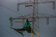 Alzenau | Deutschland | 01.07.2016: Polnische Arbeiter befreien Strommasten einer Hochspannungsleitung von Rost und streichen die Masten danach neu.<br /> <br /> hier: <br /> <br /> Sascha Rheker<br /> 20160701<br /> <br /> [Inhaltsveraendernde Manipulation des Fotos nur nach ausdruecklicher Genehmigung des Fotografen. Vereinbarungen ueber Abtretung von Persoenlichkeitsrechten/Model Release der abgebildeten Person/Personen liegt/liegen nicht vor.]