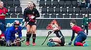 AMSTELVEEN - Hockey - Hoofdklasse competitie dames. AMSTERDAM-LAREN (2-0)  .Maxime Kerstholt (Laren) ziet de balvoorlangs gaan. midden Kimberly Thompson (A'dam) en links keeper Anne Veenendaal (A'dam). midden Julia Muller (A'dam).   COPYRIGHT KOEN SUYK