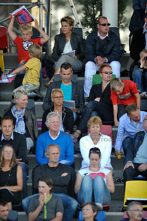 29-05-2011 ATLETIEK: FBK GAMES: HENGELO<br /> Tribune met STIPP DAM genodigden, Monique Liefers<br /> &copy;2011-FotoHoogendoorn.nl