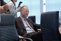 27 JAN 2003, BERLIN/GERMANY:<br /> Rudolf Scharping, SPD, Bundesminister a.D. und Mitglied des Praesidiums, vor Beginn   einer Sitzung des SPD Praesidiums, Willy-Brandt-Haus<br /> IMAGE: 20030127-01-009<br /> KEYWORDS: Präsidium
