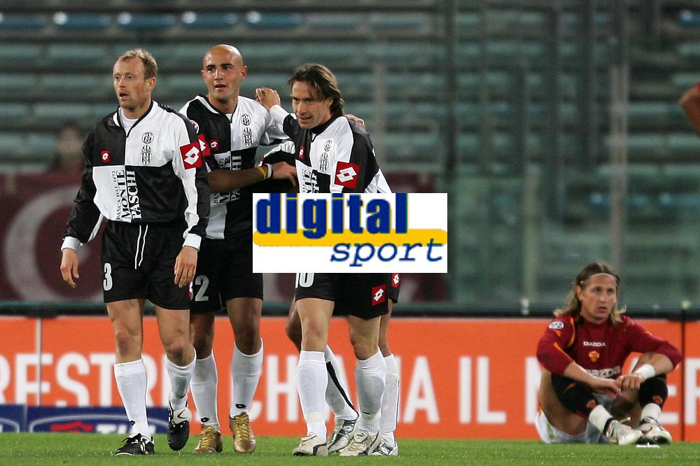 Fotball<br /> Serie A Italia 2004/05<br /> Roma v Siena<br /> 20. april 2005<br /> Foto: Digitalsport<br /> NORWAY ONLY<br /> MACCARONE ESULTA DOPO IL GOL CON CHIESA E FALSINI CON MEXES DELUSO A TERRA