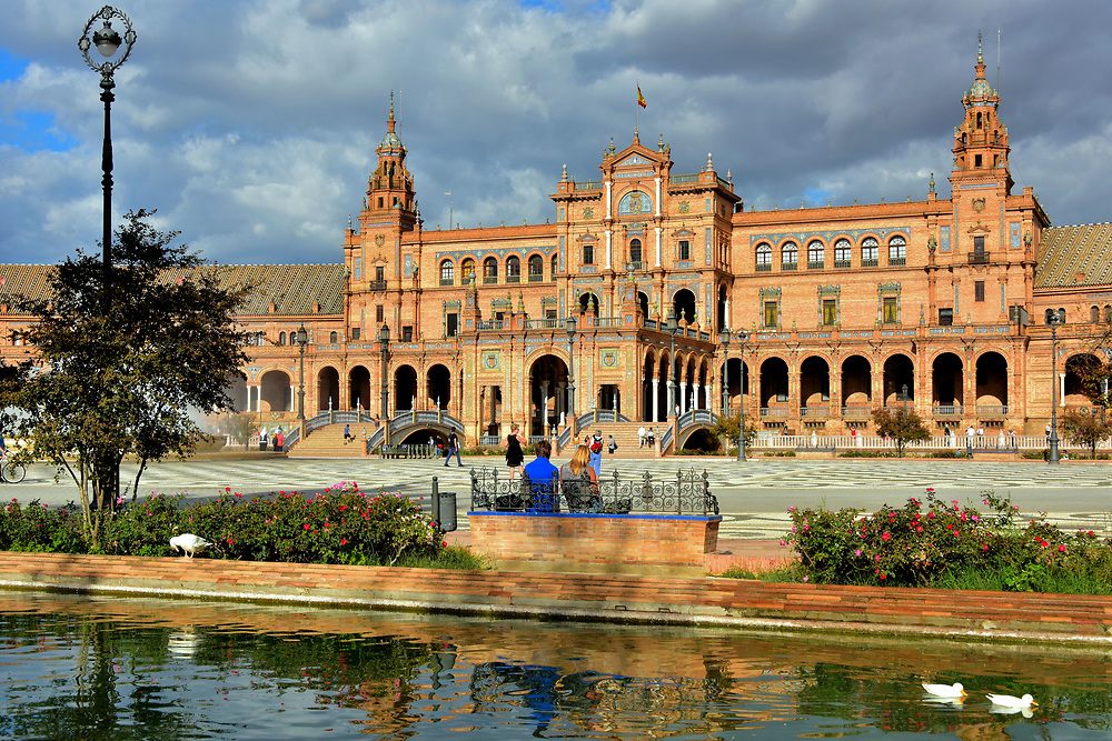 Plaza de Espa&ntilde;a in Mar&iacute;a Luisa Park in Seville, Spain<br />