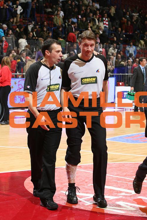 DESCRIZIONE : Milano Lega A1 2006-07 Armani Jeans Milano Benetton Treviso<br /> GIOCATORE : Ramilli Arbitro<br /> SQUADRA : Arbitro<br /> EVENTO : Campionato Lega A1 2006-2007<br /> GARA : Armani Jeans Milano Benetton Treviso<br /> DATA : 10/12/2006<br /> CATEGORIA : Infortunio<br /> SPORT : Pallacanestro<br /> AUTORE : Agenzia Ciamillo-Castoria/S.Ceretti