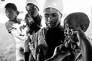 Mozambique reportage om fattigdom, vand, børn, aids og røde kors arbejde. Patienter venter på sundhedsklinik, mens børn bliver vaccineret. Mor og barn.