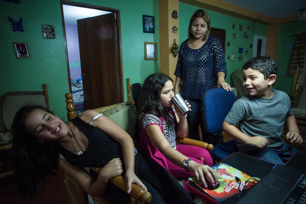 Yuliana Viloria (c) toma su medicina junto a su madre, Marina Mujica; su prima, Valentina Mussett y su hermano, Miguel Alejandro. Gracias a FundaHigado, Yuliana recibió un trasplante de higado que le permite disfrutar de la vida. Punto Fijo, Venezuela 26 y 27 Oct. 2012. (Foto/ivan gonzalez)