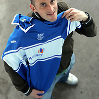 St Johnstone's Paul Sheerin with his home strip which is sponsored by Taggart actor and Saints fan Colin McCreadie.<br />