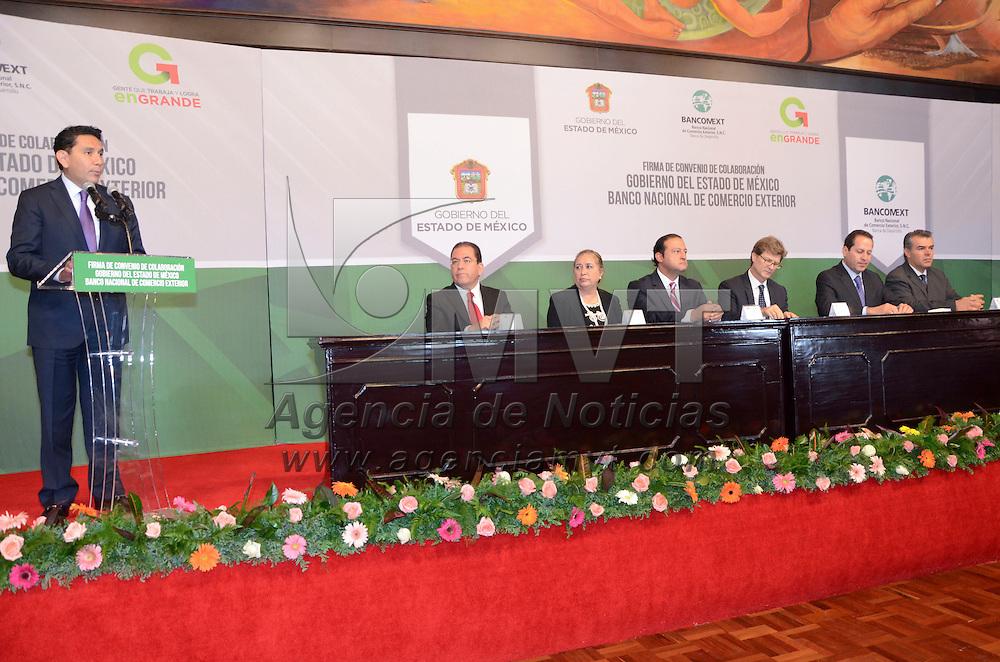 Toluca, México.- Félix Adrián Fuentes Villalobos, Secretario de Desarrollo Económico durante la firma de convenio de colaboración entre el Gobierno del Estado de México y el Banco Nacional de Comercio Exterior. Agencia MVT / José Hernández