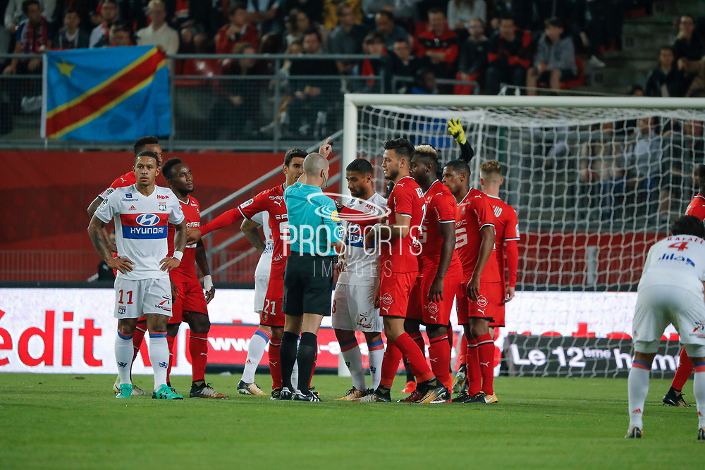 Memphis DEPAY (Olympique Lyonnais) gonna kick a free kick , Nabil FEKIR (Olympique Lyonnais), Benjamin ANDRE (STADE RENNAIS FOOTBALL CLUB), Ramy BENSEBAINI (STADE RENNAIS FOOTBALL CLUB), Edson MEXER (STADE RENNAIS FOOTBALL CLUB), Benjamin BOURIGEAUD (STADE RENNAIS FOOTBALL CLUB), Abdoulaye DIALLO (STADE RENNAIS FOOTBALL CLUB) during the French championship L1 football match between Rennes v Lyon, on August 11, 2017 at Roazhon Park stadium in Rennes, France - Photo Stephane Allaman / ProSportsImages / DPPI