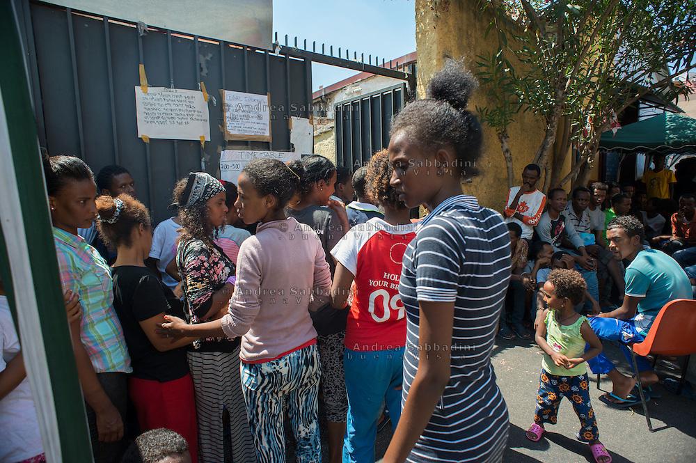 Roma, 04/08/2015: Il centro Baobab accoglie migranti, provenienti il larga parte dall'Eritrea, di passaggio in Italia e diretti verso il nord Europa. In fila per il pranzo
