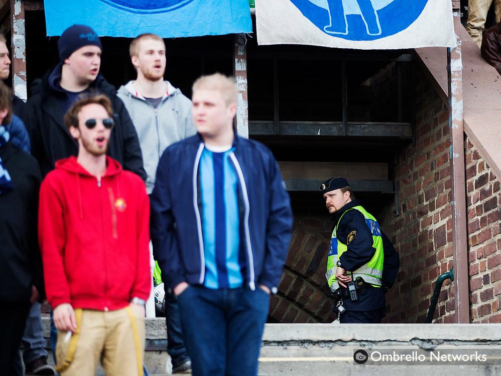 STOCKHOLM 2013-04-27<br /> ALLSVENSKAN FOTBOLL DJURG&Aring;RDEN VS SYRIANSKA FC<br /> EN POLIS BEVAKAR DIF-SUPPORTRAR