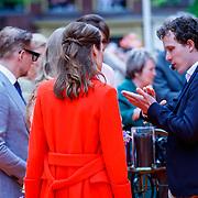 NLD/Groningen/20180427 - Koningsdag Groningen 2018, Bernhard en partner Annette Sekreve in gesprek met leerlingen