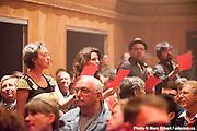 """Les chansonneurs 2011 chantent """"le chiffon rouge"""" de Michel Fugain, passeur du Festival en chanson de Petite Vallée -  Théâtre de la Vieille Forge / Petite Vallée / Canada / 2012-06-25, Photo © Marc Gibert / adecom.ca"""