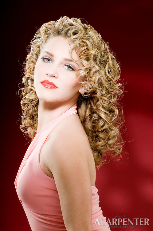Blonde model with curly 40's hair style by Geri Mataya of Spa Uptown