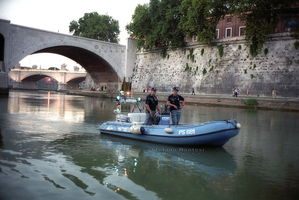Rome  August 2004  .. Nautical squads  (Squadre nautiche), ...in patrol on the river Tevere