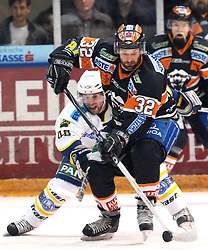 25.02.2010, Eisstadion Liebenau, Graz, AUT, EBEL, Graz 99ers vs KHL Zagreb, im Bild Jean Philippe Pare (32, 99ers), Kenneth Macaulay (48, KHL Zagreb) , EXPA Pictures © 2010, PhotoCredit: EXPA/ J. Hinterleitner / SPORTIDA PHOTO AGENCY.