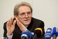02 FEB 2004, BERLIN/GERMANY:<br /> Prof. Dr. Karl Max Einhaeupl, Vorsitzender Wissenschaftsrat und Prof. f. Neurologie an der Humboldt-Universitaet Berlin, waehrend einer Pressekonferenz des Wissenschaftsrates, Wissenschaftsforum Berlin<br /> IMAGE: 20040202-01-011<br /> KEYWORDS: Karl Max Einhäupl