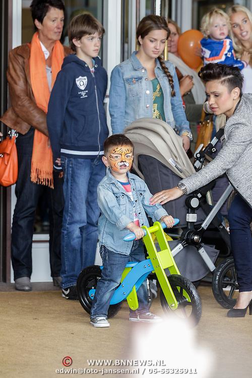 NLD/Amsterdam/20120604 - Vertrek Nederlands Elftal voor EK 2012, partner van Klaas Jan Huntelaar  Maddy Schoolderman en zoontje Seb op zijn loopfiets