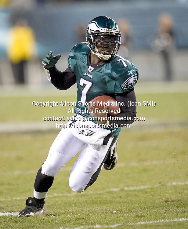 November 21, 2010: New York Giants at Philadelphia Eagles at Lincoln Finanacial Field in Philadelphia, PA - Eagles quarterback Michael Vick runs the ball during the second quarter. ***** ALL NEW YORK NEWSPAPERS OUT ---- ALL NEW YORK NEWSPAPERS OUT *****