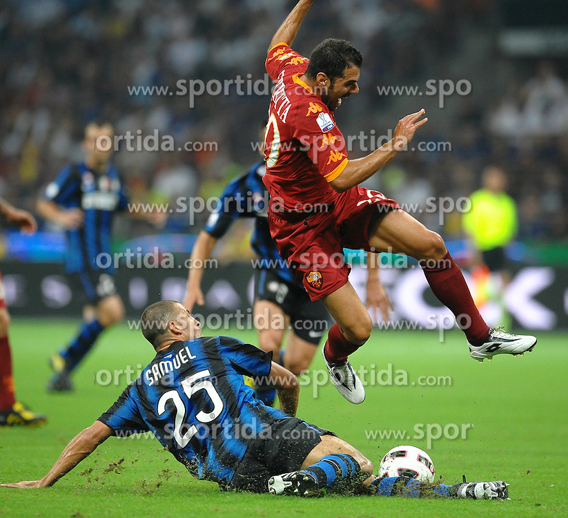 21.08.2010, Stadio Giuseppe Meazza, Mailand, ITA, Supercoppa Italiana 2010., Inter Mailand vs AS Rom, im Bild Contrasto Walter SAMUEL Inter, Simone PERROTTA Roma.EXPA Pictures © 2010, PhotoCredit: EXPA/ InsideFoto/ Andrea Staccioli +++++ ATTENTION - FOR AUSTRIA AND SLOVENIA CLIENT ONLY +++++... / SPORTIDA PHOTO AGENCY
