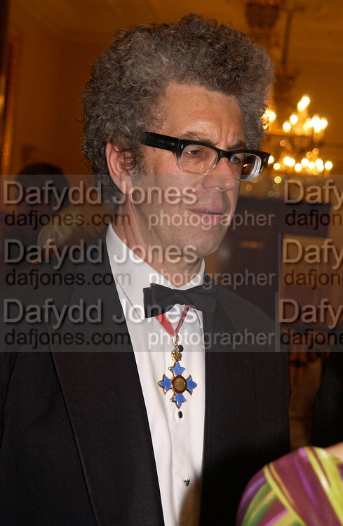 Piers Gough, Royal Academy summer exhibition annual dinner. Picadilly.  2 June 2004. ONE TIME USE ONLY - DO NOT ARCHIVE  © Copyright Photograph by Dafydd Jones 66 Stockwell Park Rd. London SW9 0DA Tel 020 7733 0108 www.dafjones.com