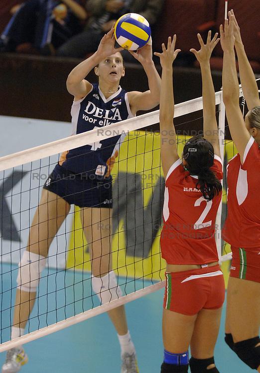 27-09-2006 VOLLEYBAL: KWALI WGP2007: NEDERLAND - BULGARIJE: VARNA<br /> Nederland wint vrij eenvoudig van Bulgarije met 3-0 / Chaine Staelens<br /> &copy;2006: WWW.FOTOHOOGENDOORN.NL