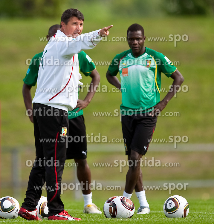 21.05.2010, Dolomitenstadion, Lienz, AUT, WM Vorbereitung, Kamerun Training im Bild Yves Colleu, Co-Trainer, Nationalteam Kamerun, FRA zeigt Makadji Boukar, Abwehr, Nationalteam Kamerun (Al-Nahdha) wo es lang geht, EXPA Pictures © 2010, PhotoCredit: EXPA/ J. Feichter / SPORTIDA PHOTO AGENCY