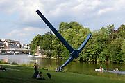 Spitzhacke von Claes Oldenburg an der Fulda, Kassel, Hessen, Deutschland