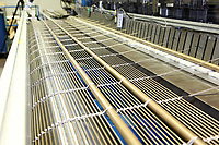 D&uuml;ren. 15.03.17 | BILD- ID 040 |<br /> GKD - Gebr. Kufferath AG. Metallfassade f&uuml;r die Neue Mannheimer Kunsthalle.<br /> Das Unternehmen in D&uuml;ren produziert Fassaden f&uuml;r die Architektur aus Metall. Ein gewebtes Metallgitter wird von Aussen an die Fassade montiert. <br /> Kunsthallendirektorin Dr. Ulrike Lorenz besucht das Unternehmen in D&uuml;ren und freut sich &uuml;ber die technische Umsetzung mit einer speziell goldenen Pigmentierung der Edelstahlstreben.<br /> Bild: Markus Prosswitz 15MAR17 / masterpress (Bild ist honorarpflichtig - No Model Release!)