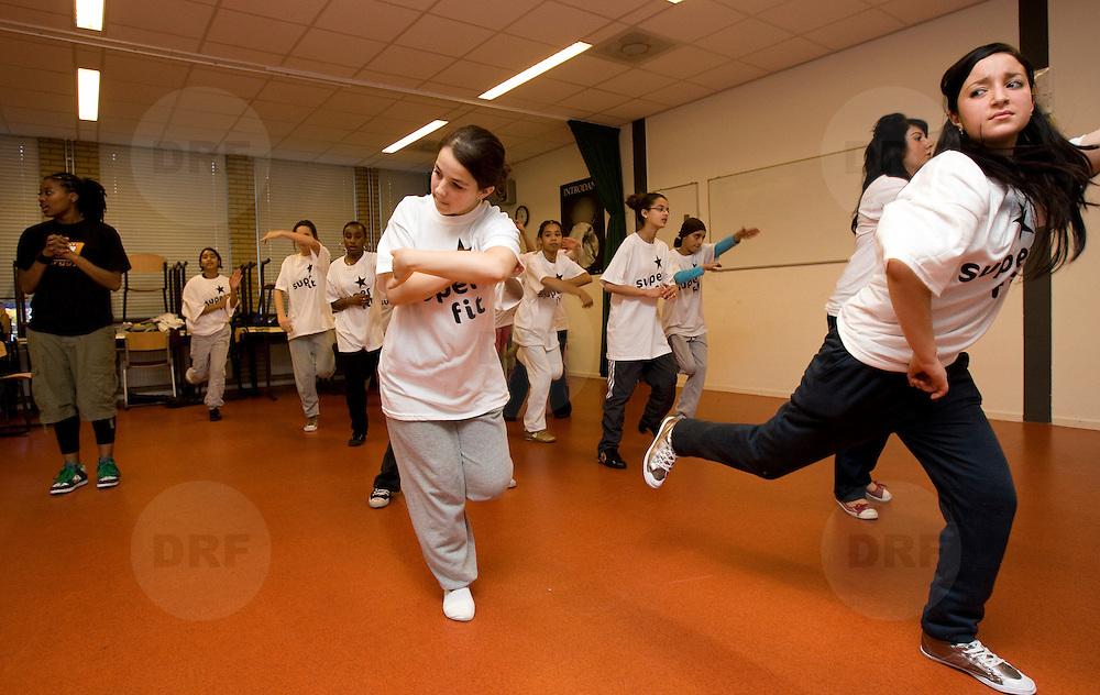 Nederland Rotterdam 3 december 2007 .Rotterdamse scholieren doen maandag mee aan een clinic tijdens de aftrap van het programma Super Fit: de Rotterdamse aanpak voor de bevordering van een gezonde leefstijl voor leerlingen in het Voortgezet Onderwijs ..Rotterdam lanceert Super Fit in het Voortgezet Onderwijs..Op 3 december 2007 lanceren de wethouders Lucas Bolsius (Sport) en Leonard Geluk (Onderwijs) het programma Super Fit: de Rotterdamse aanpak voor de bevordering van een gezonde leefstijl voor leerlingen in het Voortgezet Onderwijs. Super Fit viert haar officiële kick-off samen met de start van de landelijke dubbel30 Energy Tour, een onderdeel van de campagne 30minutenbewegen. Deze dubbele primeur vindt plaats op het NOVA college-Slinge, Beumershoek 3 Rotterdam.. .noot voor de redactie/niet voor publicatie..Voor meer informatie:.Judith van Oijen, bestuursvoorlichter wethouder Bolsius, Concerncommunicatie Bestuursdienst stadhuis Rotterdam, tel. 010 - 417 3024 of 06 - 22 499 795.Lennart de Jong, bestuursvoorlichter wethouder Geluk, Concerncommunicatie Bestuursdienst stadhuis Rotterdam tel. 010 - 417 3511 of 06 51 523 897.Joyce van der Niet, communicatieadviseur Sport en Recreatie gemeente Rotterdam, tel. 010 - 267 3926 of 06 - 13 268 140.Foto David Rozing