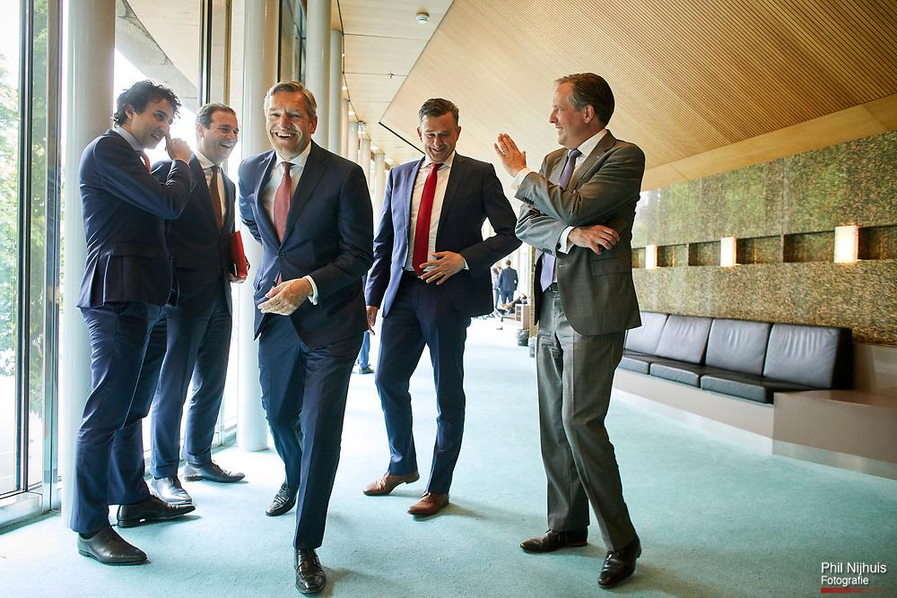 Den Haag, 30 mei 2017 - (VLNR) Jesse Klaver (Groenlinks), Lodewijk Asscher (Pvda), Sybrand Buma (CDA), Emile Roemer (SP) en Alexander Pechtold (D66) overleggen met elkaar in de wandelgang voorafgaand aan het debat. In de Tweede Kamer werd het debat gehouden over het eindverslag van informateur Schippers. <br /> Foto: Phil Nijhuis