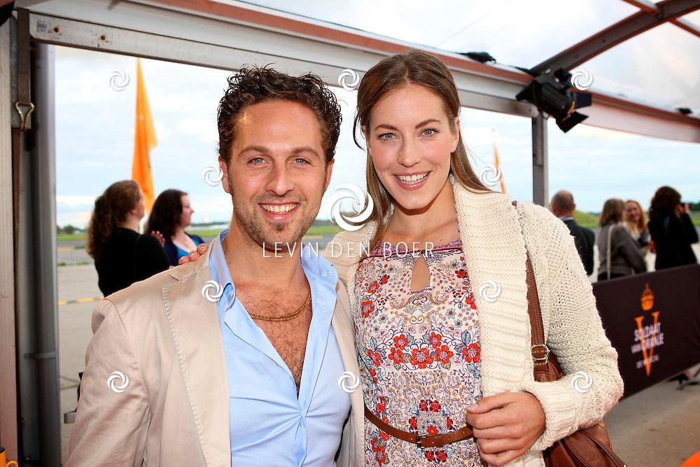 KATWIJK - Op vliegbasis Valkenburg hield Soldaat van Oranje een tweede premiere ter gelegenheid van een nieuwe Cast.  Met op de foto Christophe Haddad en partner Sanne de Regt. FOTO LEVIN DEN BOER - PERSFOTO.NU