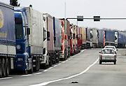 Slovenie, grens met Hongarije,  01-05-2004Lange rij vrachtwagens wachten aan de grens vlak voordat deze definitief opengaat. Douane, grenscontrole, verkeer, economie, transport, eu, e.u.,Europa, toekomst, toetreding, uitbreiding Europese unie.Foto: Flip Franssen