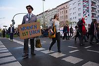 DEU, Deutschland, Germany, Berlin, 14.04.2018: Demonstration gegen steigende Mieten unter dem Motto Wiedersetzen - Gemeinsam gegen Verdrängung und Mietenwahnsinn. Mann mit Schild: Wohnen ist Leben.