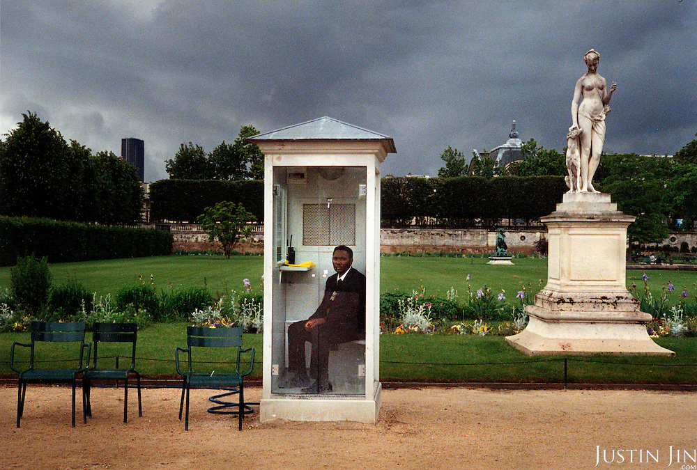 France, Paris, 06-2003..An African worker in Paris at the Jardin des Tuileries..