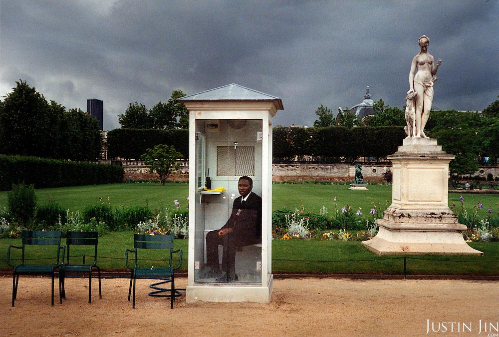 France, Paris, 06-2003..An African worker in Paris at the Jardin des Tuileries..