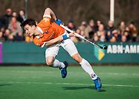 BLOEMENDAAL  - Tim Swaen (Bldaal) neemt strafcorner.   . Bloemendaal-Kampong (2-1).  hoofdklasse hockey mannen.   COPYRIGHT KOEN SUYK