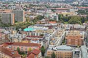 """I forgrunnen minareten til moskeen Islamic Cultural Centre, ICC, Norges eldste moské, grunnlagt av pakistanske innvandrere i 1974. Litt bak ligger  Grønland kirke, en langkirke fra 1869.  Kirken ligger i  Grønland i bydel Gamle Oslo i Oslo, og går ofte under navnet """"Østkantens katedral"""". Kirkens arkitekt var Wilhelm von Hanno. <br /> Byggverket er i tegl og oppført i nyromansk stil. Kirkeh har idag 800 sitteplasser, men ble opprinnelig bygget for 1399. Det gjør kirken til Oslos største, ganske interessant i forhold til bydelsutviklingen, som pr 2014 har et av Oslos laveste medlemstall i Den norske kirke. Bydelen har de senere år fått en rekke moskeer. Før sammenslåingen med Gamlebyen menighet i 2013 hadde daværende Grønland menighet landets laveste medlemsandel i Den norske kirke, ca 33% av befolkningen. Sammenslåingen med Gamlebyen menighet og utbyggingen av nye boligområder på Sørenga og i Bjørvika gjør at medlemsandelen i dag er vesentlig høyere. Kirken er kjent for sin gode akustikk med en lang, men samtidig presis etterklang. Den benyttes mye til konserter. <br /> Grønland menighet ble etablert i 1861 og har fra 01. januar navnet Gamlebyen og Grønland menighet. Gamlebyen kirke gikk fra samme dato ut av bruk som sognekirke. Den nåværende menighet omfatter også flere tidligere nedlagte menigheter: Tøyen småkirkemenighet, Wexels menighet og deler av Vaterland småkirkemenighet. Menigheten eide og drev frem til 2015 Vestasol leirsted på Larkollen utenfor Moss (solgt 2015)."""
