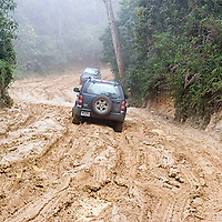 Camioneta rústica  en camino fangoso, Galipán, Estado Vargas, Venezuela.
