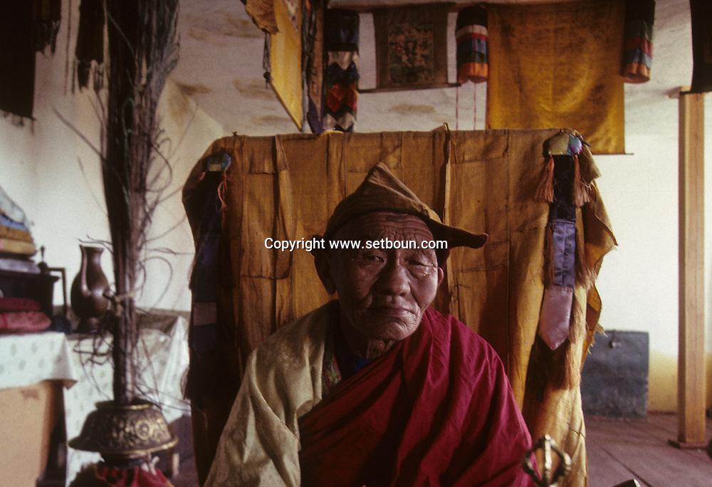 Mongolia. Pontsogtchoidlin, monastery  in a house  Ikh Tamir      /Monastere maison Temple de Pontsogtchoidlin Kree, Mongolie, sum de IK TAMIR.Vieux lama de retour à la religion. Nombreux furent ceux contraints d'abandonner l'ordre religieux, sous peine de mort, durant la période post-révolutioinnaire des années 30. A la faveur de la chute du communisme, certains viennent revivre à la fin de leur vie leur vocation contrariée, en toute liberté. (dans l'aymag de ARQANGAY /R87/189    L920726a  /  P0007393