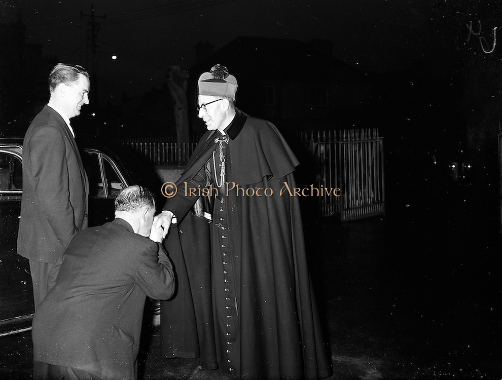 09/04/1961<br /> 04/09/1961<br /> 09 April 1961<br /> Opening of Thurles Drama Festival at Premier Hall Thurles, Co. Tipperary, organised by Muintir na Tíre and Gael Linn.  The Archbishop of Cashel Thomas Morris arrives at the Hall.