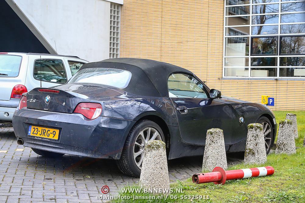 NLD/Hilversum/20160415 - Rob Stenders parkeert zijn auto op de invalidenplaats van de radiostudio in Hilversum      **** EXCLUSIEF  ******