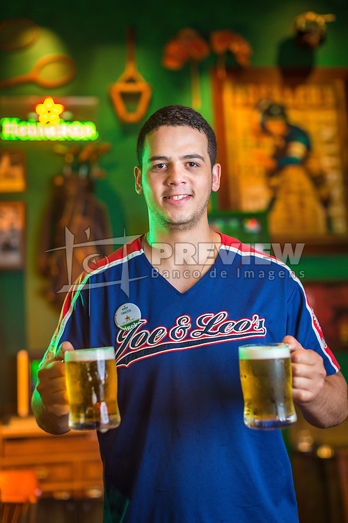 Bartender do Joe & Leos, Nauro Leandro Jobim da Silva, finalista regional do concurso de bartender da Heineken. FOTO: Jefferson Bernardes/ Agência Preview