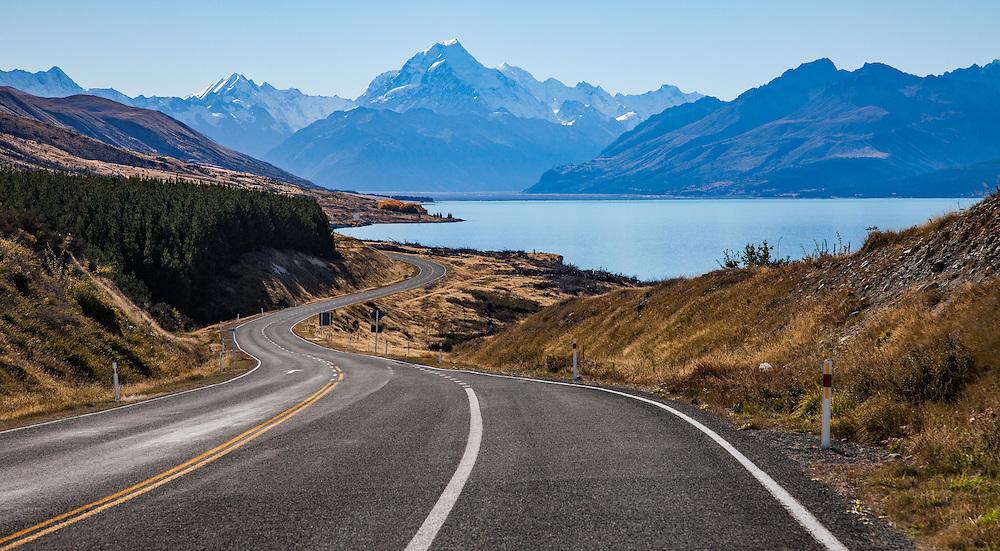 Lake Pukaki on the road to the Aoraki/Mt Cook village