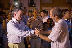 Juan Manuel Santos besucht Teilnehmer einer Friedenskundgebung am Rande der Aufbauarbeiten für die Unterzeichnung des Friedensvertrages in Cartagena / 250916<br /> <br /> *** The Colombian Juan Manuel Santos walks through the City and speaks with participants of a peace gathering. Evening before the peace treaty will get signed between the FARC and the Colombian government inCartagena, Colombia, September 25, 2016 ***
