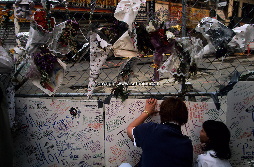 New York.  9/11 memorial around the destroyed world trade center , after the attack: in the streets  New York  Usa /   memorial autour du world trade center detruit. apres l'attaque,  dans les rues et ground zero  New York  USa